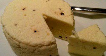 Zelfgemaakte kaas met peperkorrels