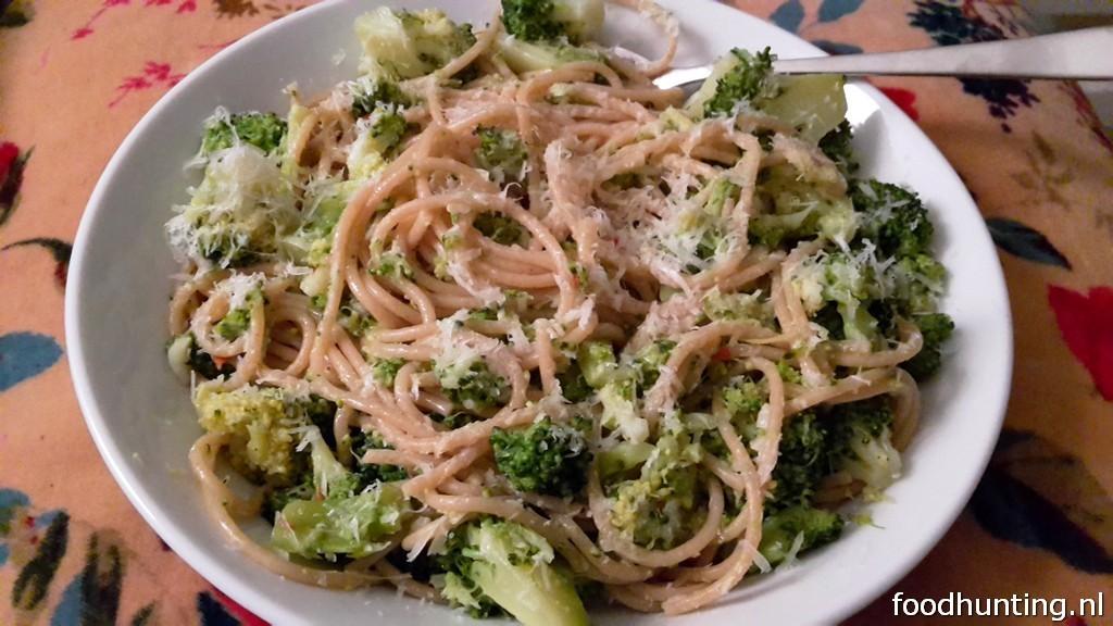 Recept voor spaghetti met broccoli, ansjovis, citroenrasp en chilipeper