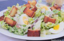 Caesar salade met zelfgebakken croutons, ei, ansjovis en Parmezaanse kaas