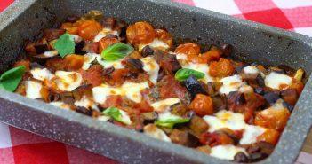Aubergine uit de oven met tomaten mozzarella en olijven