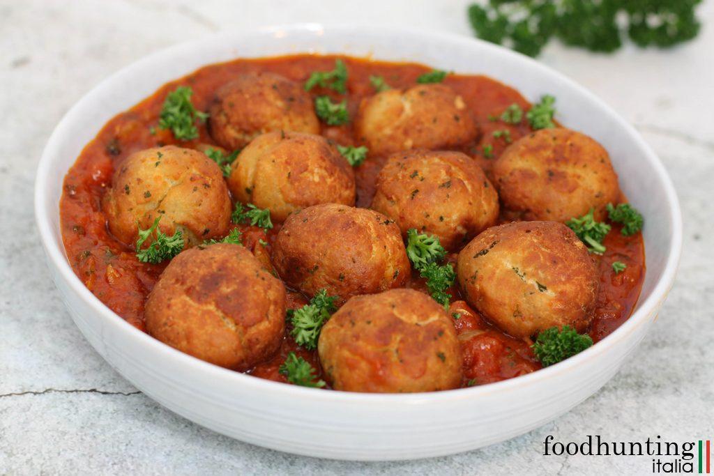 Gefrituurde broodballetjes in tomatensaus - Polpette di pane al sugo