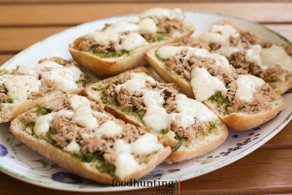 Broodje met tonijn pesto en mozzarella uit de oven