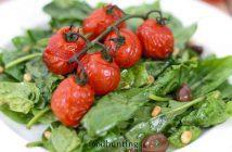 Spinaziesalade met geroosterde tomaten