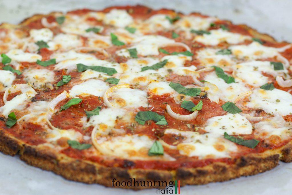 Bloemkoolpizza Margarita met tomatensaus en mozzarella